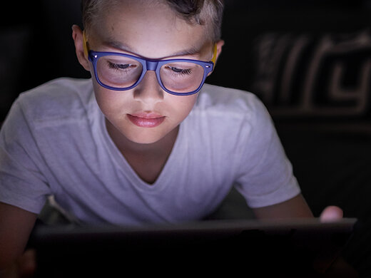 健康的屏幕时间: 孩子们的蓝光眼镜
